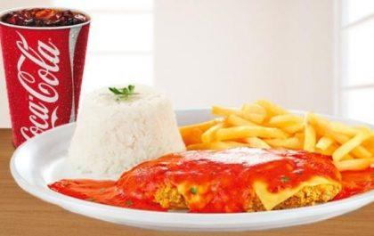 Parmegiana de Steak de Frango + Refrigerante 300ml por apenas R$16,90