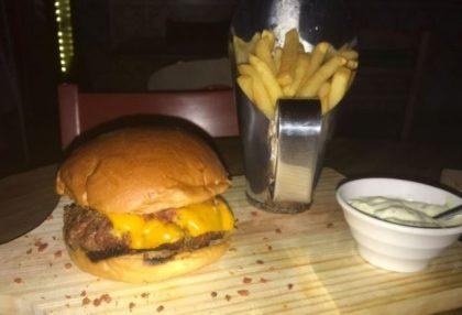 Combo R$30: Qualquer Burger + Drink de Chá Lipton + Batata McCain