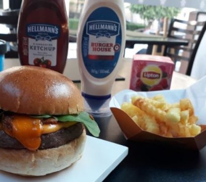 Combo R$30: Burger Carnívoros + Chá Gelado Lipton + Batata Crinkle McCain