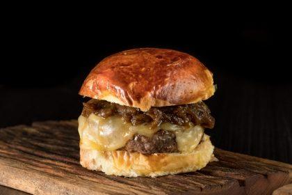 (Campo Belo) Combo R$30: Classic Burger + Batata McCain + Drink de Chá Lipton