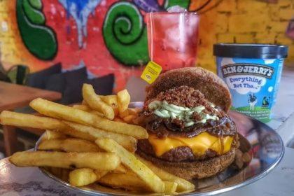 Combo R$40: Caramel Burger + Chá Gelado Lipton + Batata McCain + Sorvete Ben & Jerry's