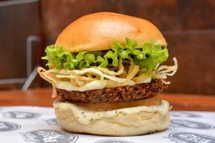 Combo R$30: Falafel Burger com Bonduelle + Drink de Chá Lipton + Batata McCain