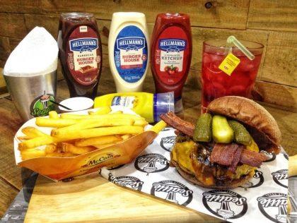 Combo R$30: Black Burger + Chá Gelado Lipton + Batata McCain