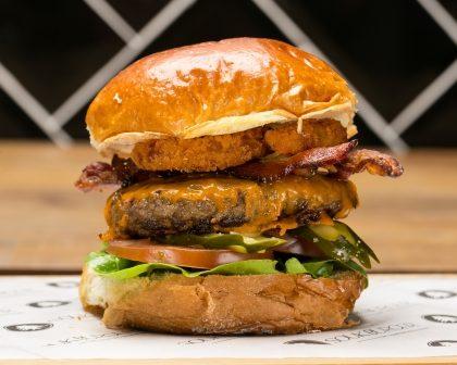 Combo R$40: Burger (5 opções) + Chá Gelado Lipton + Batata McCain + Sorvete Ben & Jerry's