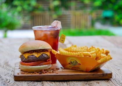 Combo R$30: Hambúrguer da casa + Chá Gelado Lipton + Batata McCain