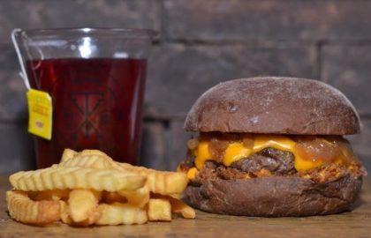 Combo R$30: Burger Cheddar Bacon + Chá Gelado Lipton + Batata McCain