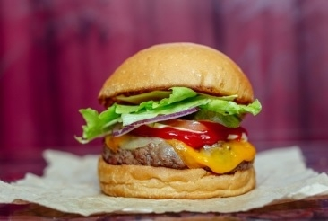Burger The Works + Refrigerante 400ml por apenas R$ 19,90