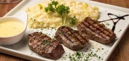 Jantar Completo: Salada + Escalope de Filet Mignon com Risoto de Alho Poró + Petit Gâteau por R$ 79,90