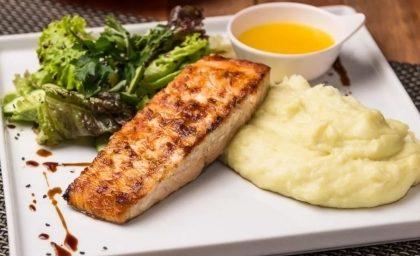 Jantar Completo: Salada + Salmão com Purê de Wasabi + Sobremesa por R$ 69,90
