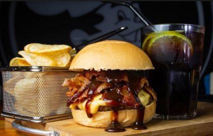 Combo: X-Bacon + Fritas + Refrigerante por apenas R$28!