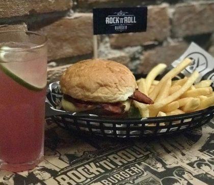 Cheeseburger, Salada ou Bacon + 1/2 Fritas + Refil de Pink Lemonade por apenas R$29,90!