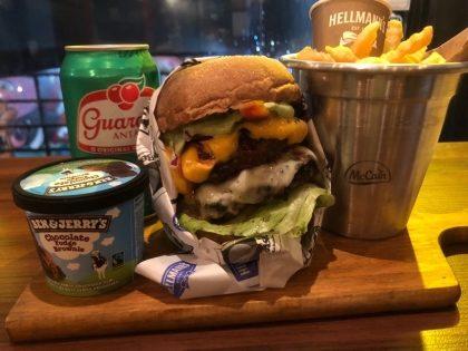 PARA DOIS: 2 Burgers + 2 Batatas + 2 Bebidas + 2 Sobremesas por R$ 85,00