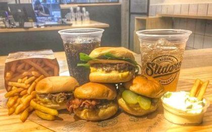 COMBO PARA 2: 4 Burgers Sliders + Fritas + Maionese + 2 Bebidas por R$ 50,00