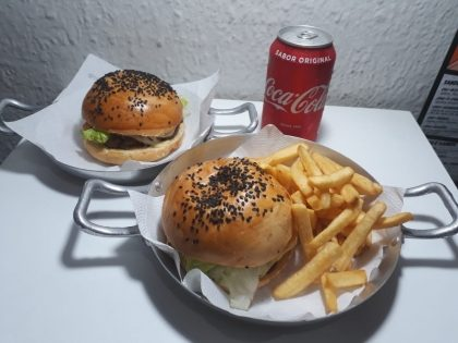 Na compra do combo Burger + Fritas Pequenas + Refri em lata, GANHE outro burger