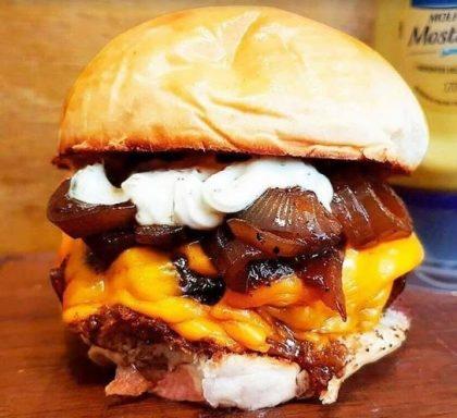 GANHE 1 X-Burger na compra de qualquer Burger Máfia + Meia Fritas + Refrigerante