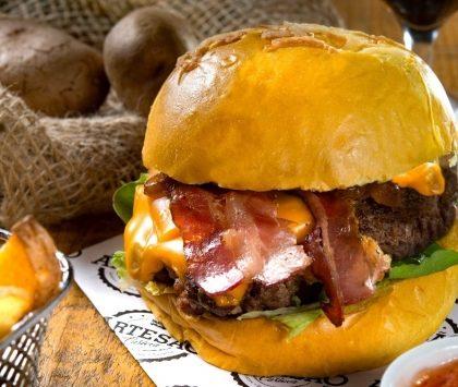 GANHE um burger O Artesão na compra do combo Burger Carioca da Gema + Batata Rústica + Refri