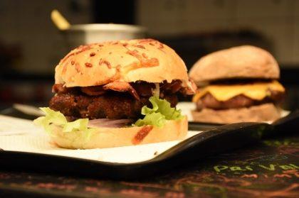 Na compra de qualquer burger, GANHE outro de graça