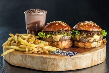 GANHE 1 Burger de igual ou menor valor na compra de 1 Burger + 1 Batata + 1 Bebida