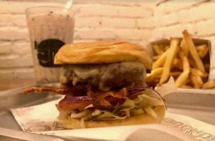 GANHE 1 X-Burger na compra de um X-Salada Bacon + Tradicional Fries + Milk Shake