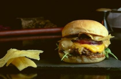 GANHE 1 Burger de igual ou menor valor na compra de um Burger + Porção
