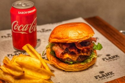 Na compra do combo Burger Flank + Acompanhamento + Bebida, GANHE um Smash Burger