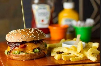 Compre um Angry Burger e ganhe Refrigerante Lata + Porção de Mini Churros