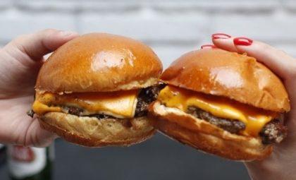 GANHE 1 Cheeseburger na compra de outro Cheeseburger