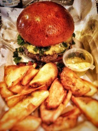 GANHE 1 Simples Burger na compra de 1 Brasileirinho Burger + Batata + Maionese