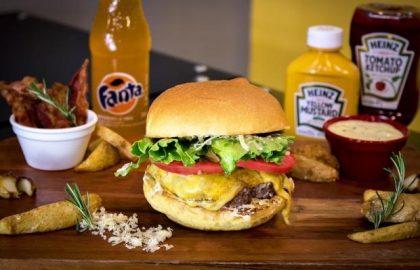 Combo: X-Salada + Fritas + Fanta Guaraná por R$ 20,30!