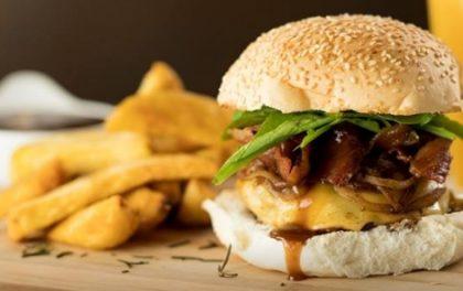 Combo: Qualquer Hambúrguer + Porção de Batatas + Fanta Guaraná por apenas R$ 30,00!