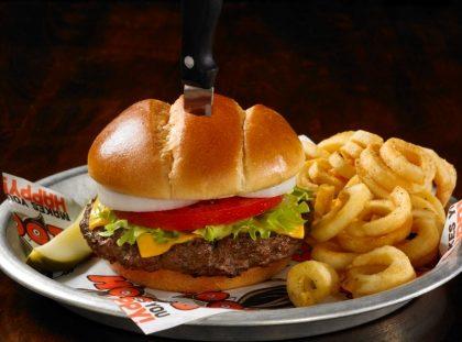 Combo: Hooters Burger BYOB + Fritas + Fanta Guaraná por R$ 33,25!