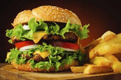 Combo para 2: Dois Hambúrgueres + Fanta Guaraná + Fritas com 30% de desconto!