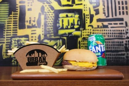 Combo: Cheeseburger + Fritas ou Onion Rings + Fanta Guaraná por R$28,80!