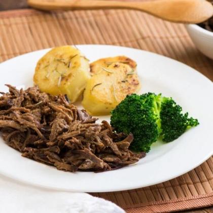 FIT: Carne Desfiada com Batata Sauté e Brócolis por apenas R$ 19,90!