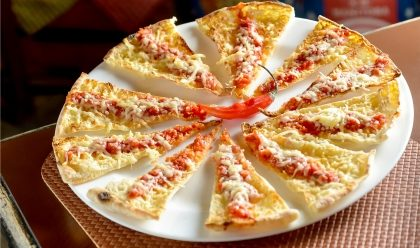 (Shopping Maia) Compre uma pizza grande e ganhe uma Crostini ou Corniccione!