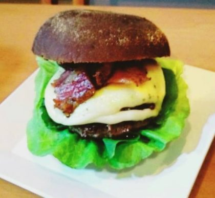 Burger Gorgonzola Delirante + bebida + batata por apenas R$ 31,90!