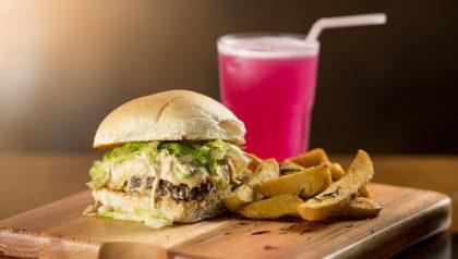 Hambúrguer Exclusivo + Batata Artesanal + Pink Lemonade por R$ 34,90!