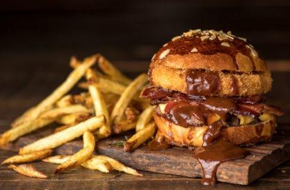 Combo R$ 36,90: Burger Regular + Batatinhas Fritas + Cerveja Madalena Long Neck! [+18]