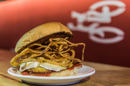 Combo R$ 36,90: Bike Burger Veggie + Batata Frita + Cerveja Madalena Long Neck! [+18]