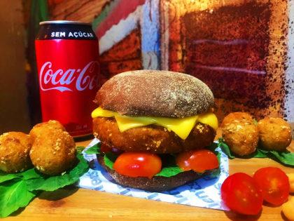 Combo R$ 30: Burger Veggie + Porção de Bolinhas de Grão de Bico + Refrigerante!