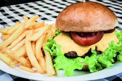 Combo R$ 30: Hambúrguer + Batata Frita + Cerveja Madalena Long Neck! [+18]