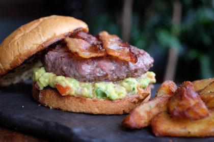 Combo R$ 30: Bacon & Avocado Burger + Fritas + Refrigerante!
