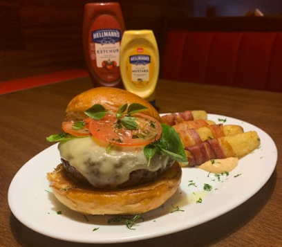 Combo R$30,00: Stuffed Burger + Batata rústica + Cerveja Madalena long neck [18+]