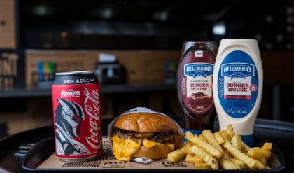 Combo R$ 30: Burger Cheddar Juicy Lucy + Batata crinkle + Refrigerante