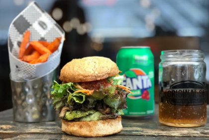 Combo R$30: Vegan Burger + Sweet Potato + Refrigerante!