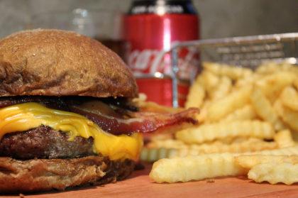 Combo R$ 25: Hambúrguer + Batata Crinckle + Refrigerante!