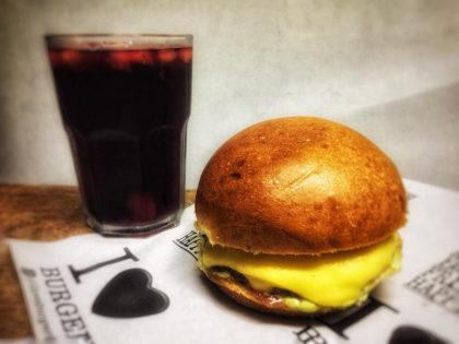 Delicioso X-burger + Chá da casa de Frutas Vermelhas por apenas R$16!