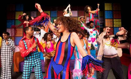"""Musical """"O Frenético Dancin' Days"""" com 40% de desconto!"""