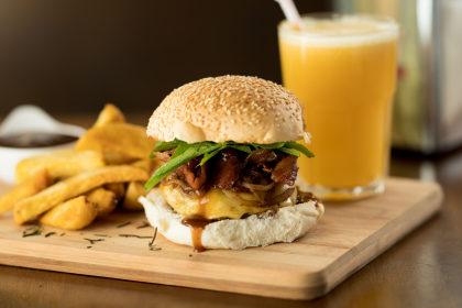 Hambúrguer Exclusivo + Batata Artesanal + Bebida por R$ 34,90!