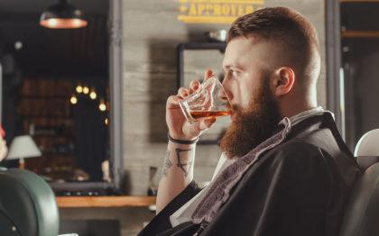 Corte de Cabelo + Barba + Chope com 22% de desconto [+18]